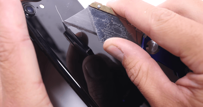jet-black-iphone7-scratch-test-6