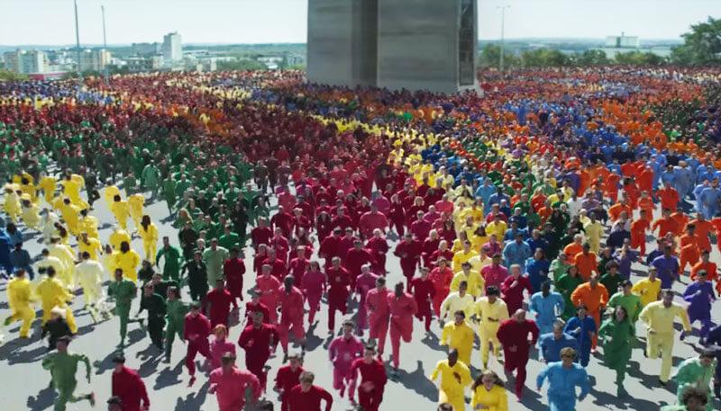 蘋果推iPhone XR 喪屍狂奔廣告,順便暗示下一代會有新顏色?