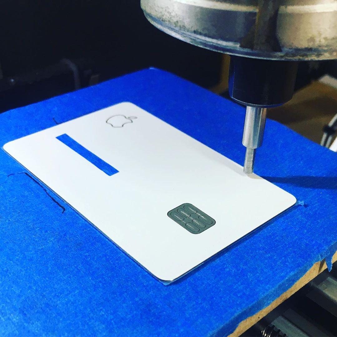 神人改造Apple Card超有創意,透過CNC雕出精緻撲克牌封面