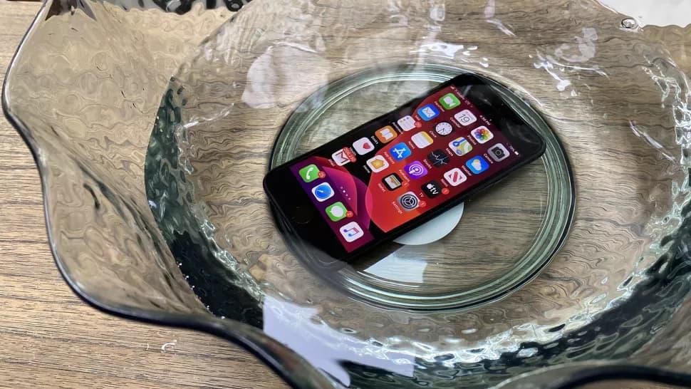 iPhone SE 2浸泡在水中(圖片來自tomsguide)